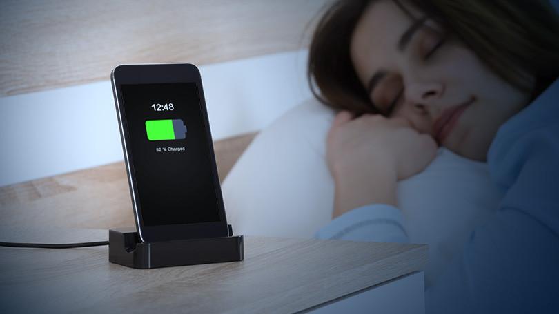 स्मार्टफोनलाई रातभर चार्ज गर्नु उचित कि अनुचित ?